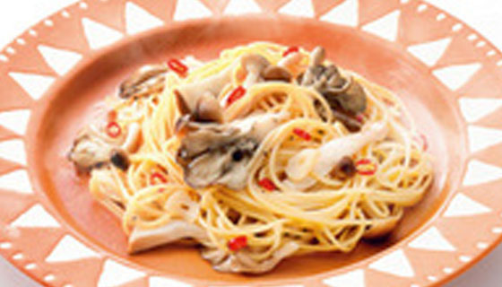 Aglio e olio peperoncino pasta with Yukiguni mushrooms